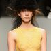 Szepesi Melinda sárgában, fejdísszel a londoni John Rocha bemutatón