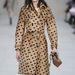 Rajzás szívecskés kabátban a Burberry bemutatón