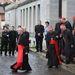 Kedden megkezdődött a pápaválasztó konklávé a Vatikánban: a konklávék alkalmával megnő az üzlet forgalma is, a bíborosok ilyenkor szerzik be ruháikat.