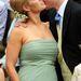 Harry herceg és unokatestvére, a mentás zöld Vera Wangban puszizkodó Zara Phillip.