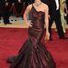 Keira Knightley a 2006-os Oscar vörös szőnyegén pózolt a tervezőnő bordó ruhájában .