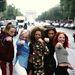 A  Spice Girls 1996-ban, Párizsban. Az idei trendekhez hasonlóan menő volt a hasvillantó póló és a három csíkos tréningruha.