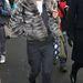 Kate Moss a hétköznapi overáll fölött is bundát visel.