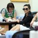 Mani-pedi egyszerre! Kardashian tud élni!