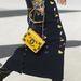 Kis Chanel táska lánccal, sárgában.