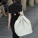 Óriás hátizsák fehérben a Miu Miu bemutatón