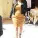 Térjünk vissza a szűk szoknyákhoz: Kardashiannak nem kéne erőltetnie a testhez tapadó bőrcuccokat, mert míg elölről még istenes a látvány...