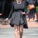Nem kéne: ebben a szettben nagyon felborulnak Kardashian arányai, és a bő, redőzött szoknya kövérít.
