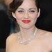 A színésznő még klasszikus, dívás frizurával Londonban.