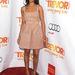 Ilyen a Lanvin ruha, ha modellalkaton feszül. Zoe Saldana a The Trevor Project gálájára érkezett alábbi szettben 2012 december 12-én.