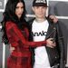 Kat Von D  vőlegényét, a DJ-ként dolgozó Deadmau5-t ölelgeti a Grammy-n.