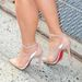 Kim Kardashian Louboutin cipője, mely jól kiegészíti a Lanvin ruhát.