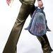 A nadrágot nem értjük, de a táska menőnek tűnik!