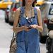 Alexa Chung sikkesen, farmer kertésznadrágban, kígyóbőr táskával New Yorkban.