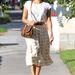 Eva Mendes klasszikus térdalatti szoknyában és egyszerű pólóban tölti hétköznapjait