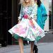 A fiatal Carrie Bradshaw-t alakító AnnaSophia Robb a sorozat forgatásán mosolyog