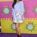 Zendaya Coleman barna cipő és kék pulóver mellett döntött