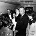 A merénylet másnapján, az újonnan megválasztott amerikai elnökkel. Jackie Kennedy ekkor viselte utoljára a kosztümöt, azóta a nyilvánosság elől elzárva tárolják, ismeretlen helyen.