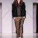 Nanushka: az aranyfényű nadrág elég jó, de a szett nem túl különleges.