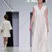 Je Suis Belle: a földet söprő fehér ruha talán túlzás a latyakos őszi szezonra...