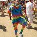 A fiatalember kezeslábasán legalább annyi szín található, mint barátokközt Gizi bármelyik összeállításában. Ez azért szép teljesítémény!
