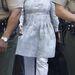Kim Kardashian pénteken halvány mintás tunikában ment bíróságra. Végre nem az az érzésünk, hogy lepattan róla a túl szoros szoknya.