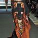 Jean-Charles De Castelbajac merész alkotása ez a földig érő kaftán ruha, amin egy kereszttel cenzúrázzák John Everett Millais nyoszolyólányát.