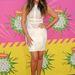 Khloe Kardashian magabiztosan viseli az érdekes felsőrésszel rendelkező ruhát.