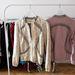 Zárás előtt sokminden megvolt még. Például ilyen dzsekik 15 ezer forintért.