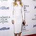Kate Hudson passzoló cipőt és kontrasztos táskát választott a fehér ruhához.
