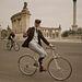 A háttérben kiszúrhat egy modern biciklist