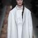 Tetőtől-talpig fehérbe öltözött modell Valentinónál