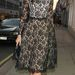 Daisy Lowe fekete Louis Vuittonban sétál Londonban