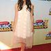Csipke tüllel és sárga körömcipővel a Disney Music Awards-on Maia Mitchell-en