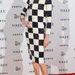 Erin O'Connor modell a sakktábla-ruhában.