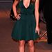 Az Oscar-díjas Jennifer Lawrence zöld Calvin Kleinban, hullámos hajjal