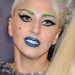 Lady Gaga zöld szemöldökkel és kék szájjal