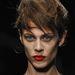 Aymeline Valade francia modell pirosra festett szájjal a Prada shown
