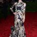 Seyfried egyedül, a Givenchy 2007-es kollekciójából választott egy darabot.