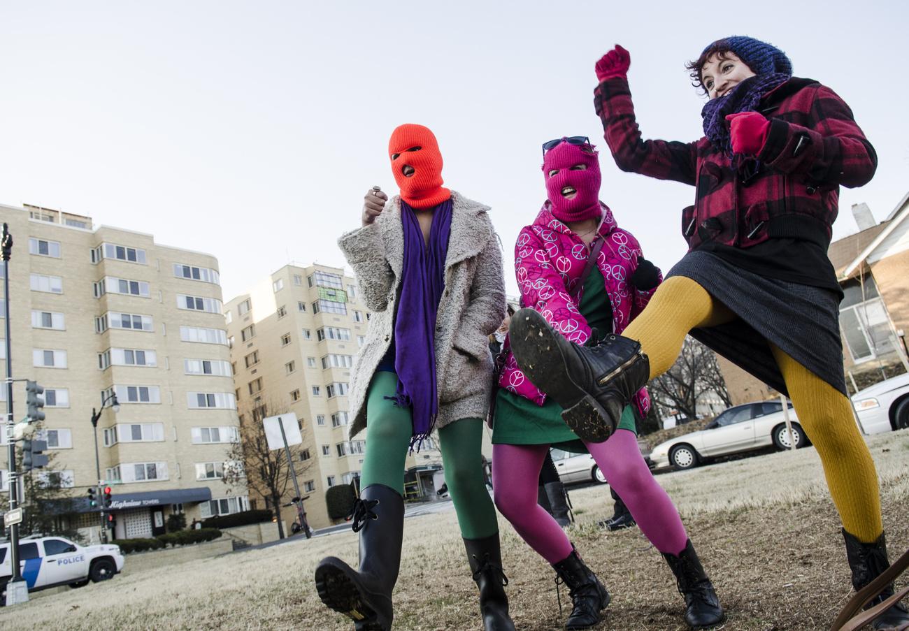 A 2011-ben alakult orosz feminisra punk-rock banda, a Pussy Riot a szüffrazsettekhez hasonlóan polgárpukkasztó és feminista módon hívja fel magára a figyelmet.