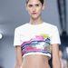 Az alapdarabokat színes mintákkal, elegáns haspólókkal, selyem rövidnadrágokkal és sejtelmesen átlátszó egyrészesekkel kombinálta a francia divatház