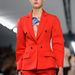 Narancssárga nadrágkosztüm a Diortól.