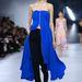 Klasszikus vonalvezetésű nadrág és ruhaszerű királykék felső a Dior monacói kifutóján.