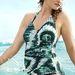 A H&M legújabb reklámarcaként mutatja be a teltebb idomokra tervezett egy-kétrészes fürdőruhákat.
