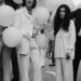 Yoko Ono és John Lennon a You Are Here című kiállítás megnyitóján 1968-ban. A fehér a béke színe, és nyilván az üzenet miatt tartották fontosnak, hogy egyforma szettben jelenjenek meg a nyilvánosság előtt. Az ítélet:  TALÁN
