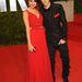 Selena Gomez és Justin Bieber a Vanity Fair Oscar buliján 2011-ben. Csak az énekes díszzsebkendője utal arra, hogy egyeztettek és ez  így jó. Az ítélet: IGEN