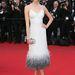 Karlie Kloss modell a The Immigrant premierjére ment szintén fehérben. Egy sovány modellnek minden jól áll, még egy tollas aljú Louis Vuitton ruha is.