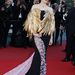 Laetitia Casta az abszolút kedvencünk szárnyas estélyijével. A színésznő a záróceremónián turbózta fel tollas boleróval a Christian Dior Couture ruhát.
