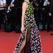 Zhang Ziyi a szürkés ruha után egy virágokkal díszített Christian Dior Couture estélyiben vett részt a fesztivál záróeseményén és a Zulu vetítésén.