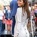 Hátulgombolós ruha Maria Menounoson, a gombok a mandzsettán is visszaköszönnek. Nem kellene...